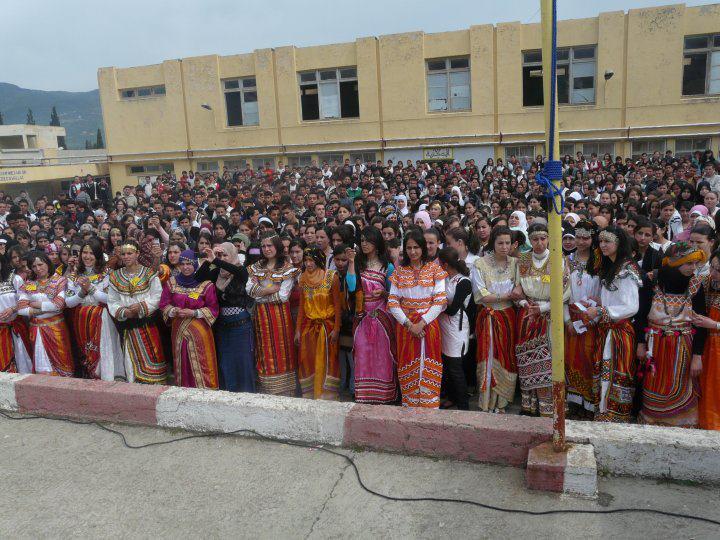 Jeudi 25 avril au Lycée mixte d'El Kseur pour que toutes les filles soient vêtues en robes kabyles