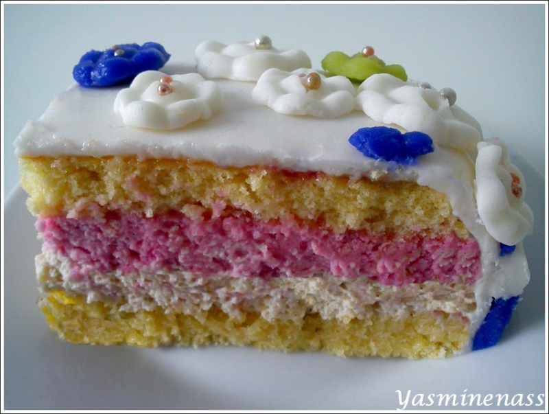 entremet bavarois fraise vanille décoré de pâte à sucre - a l'orée